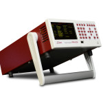 Zastosowany uchwyt analizatora mocy PPA1500 pozwala również na dowolna regulację nachylenia w pionie